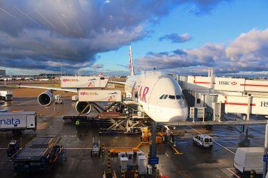 Qatar_Airways_Airbus_A380-800_at_Heathrow_Airport_Terminal_4_before_Flying_to_Doha,_6_Jan_2015 (1).jpg